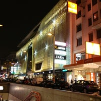 รูปภาพถ่ายที่ Mariahilfer Straße โดย Yulia T. เมื่อ 10/23/2012
