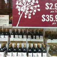 Foto scattata a Whole Foods Wine Store da Leigh S. il 3/15/2013