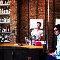 Foto tomada en Henry's Wine and Spirit por Vicky W. el 5/17/2013