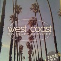 รูปภาพถ่ายที่ West Coast Burgers โดย Ka0nashi 🎀 Vero เมื่อ 4/23/2013