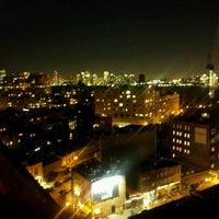 Foto scattata a Plunge Rooftop Bar & Lounge da Shayan S. il 10/18/2012