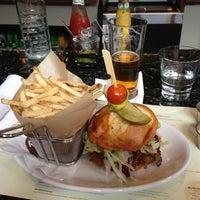 รูปภาพถ่ายที่ Relish Burger Bistro โดย Hal G. เมื่อ 5/18/2013
