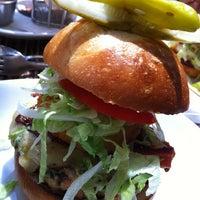 รูปภาพถ่ายที่ Relish Burger Bistro โดย Bennett C. เมื่อ 8/3/2013