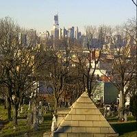 Foto tirada no(a) Green-Wood Cemetery por Ed A. em 12/28/2012