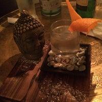 3/22/2014 tarihinde Yasmin Y.ziyaretçi tarafından Looking Glass Cocktail Club'de çekilen fotoğraf