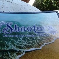 Das Foto wurde bei Shooters Waterfront von Cesar S. am 5/19/2013 aufgenommen