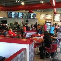 Foto tirada no(a) Freddy's Frozen Custard & Steakburgers por Chelsia O. em 7/26/2013