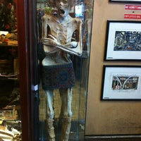 Foto scattata a Ye Olde Curiosity Shop da Becca T. il 4/4/2013