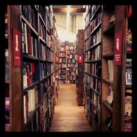 Photo prise au Strand Bookstore par Candy S. le11/16/2012