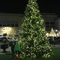 Photo prise au North Hills Shopping Center par Valerie S. le11/22/2012