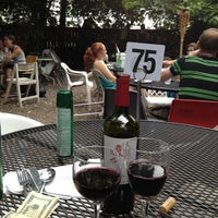 Das Foto wurde bei Bacchanal Wine von Deborah S. am 6/16/2013 aufgenommen