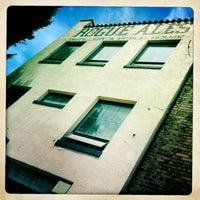 7/5/2013 tarihinde Kay D.ziyaretçi tarafından Rogue Ales Public House & Distillery'de çekilen fotoğraf