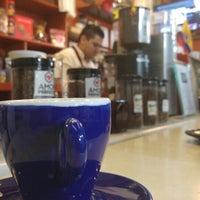 Das Foto wurde bei Conde De Medellin Especiality Cafeteria von Ricardo L. am 6/26/2016 aufgenommen