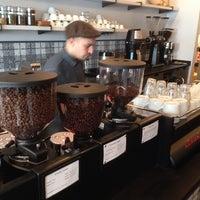 Foto tirada no(a) Gorilla Coffee por Peter C. em 12/21/2013