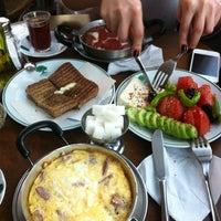 Photo prise au Çınaraltı Cafe par Hilal T. le3/10/2013