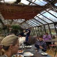 Foto scattata a Petersham Nurseries Cafe da Lingjing Y. il 4/21/2013
