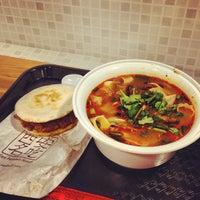 Foto tomada en Xi'an Famous Foods por Kotaro Y. el 4/28/2013