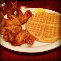 Photo prise au Gladys Knight's Signature Chicken & Waffles par Melissa B. le12/15/2012