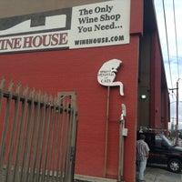 12/18/2012 tarihinde Dave H.ziyaretçi tarafından The Wine House'de çekilen fotoğraf