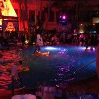 Das Foto wurde bei The Pool After Dark von K M. am 3/21/2013 aufgenommen