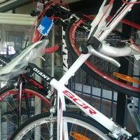 รูปภาพถ่ายที่ Bicicletas Flirg โดย Jose P. เมื่อ 1/3/2013