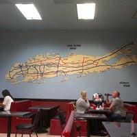 Foto scattata a Long Island Mike's Pizza da Charlie P. il 10/5/2013