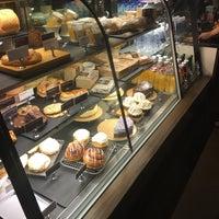 Das Foto wurde bei Starbucks Coffee von Taiyo M. am 8/14/2018 aufgenommen