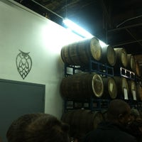 Foto tirada no(a) Night Shift Brewing, Inc. por Nick G. em 5/25/2013