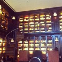 Foto scattata a The Library at The NoMad da Vanessa V. il 5/23/2013