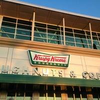 Das Foto wurde bei Krispy Kreme Doughnuts von Kerry M. am 10/13/2013 aufgenommen