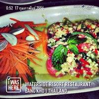 2/16/2013 tarihinde Songphol P.ziyaretçi tarafından Waterside Resort Restaurant'de çekilen fotoğraf