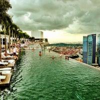 12/23/2012 tarihinde Minh T.ziyaretçi tarafından Rooftop Infinity Pool'de çekilen fotoğraf