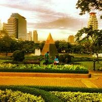 Foto scattata a Benchasiri Park da Niklas S. il 7/22/2013