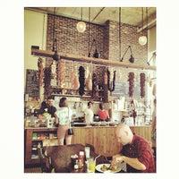 7/14/2013 tarihinde Jana R.ziyaretçi tarafından Cafe Route'de çekilen fotoğraf