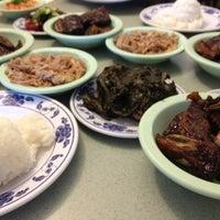 Foto tomada en Helena's Hawaiian Food por Michael W. el 11/16/2012