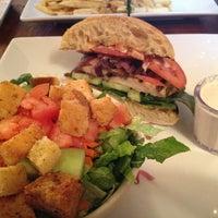 Снимок сделан в Mo's Restaurant пользователем Hande A. 12/22/2012