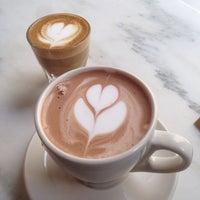 รูปภาพถ่ายที่ Toby's Estate Coffee โดย Hwajin L. เมื่อ 3/17/2014