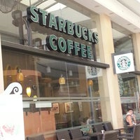 Foto tirada no(a) Starbucks por Meliz Y. em 7/11/2013