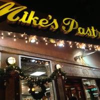 12/9/2012 tarihinde Ben H.ziyaretçi tarafından Mike's Pastry'de çekilen fotoğraf