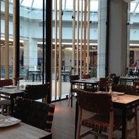 Снимок сделан в Senz Nikkei Restaurant пользователем Macarena D. 9/27/2012