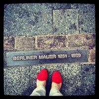 Das Foto wurde bei Baudenkmal Berliner Mauer von Bella L. am 7/25/2013 aufgenommen