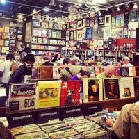 4/20/2013 tarihinde Lesley Y.ziyaretçi tarafından Twist & Shout Records'de çekilen fotoğraf