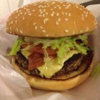 8/23/2013 tarihinde Patricia T.ziyaretçi tarafından Pit's Burger'de çekilen fotoğraf