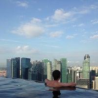 3/1/2013 tarihinde Sasha K.ziyaretçi tarafından Rooftop Infinity Pool'de çekilen fotoğraf