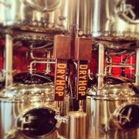 5/30/2013 tarihinde Amanda T.ziyaretçi tarafından DryHop Brewers'de çekilen fotoğraf