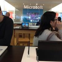 Foto tirada no(a) Microsoft Store por Kenneth I. em 2/18/2013