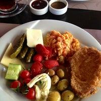 Foto diambil di La Vraie Ambiance Cafe & Restaurant oleh Emay pada 3/10/2013