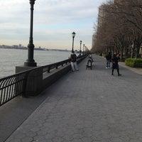 Photo prise au Battery Park City Esplanade par DiShonn S. le4/15/2013