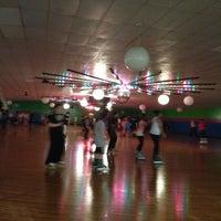 รูปภาพถ่ายที่ Skateville Family Rollerskating Center โดย Bree M. เมื่อ 5/25/2013