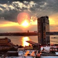 Das Foto wurde bei Plunge Rooftop Bar & Lounge von Sebastien C. am 8/2/2013 aufgenommen